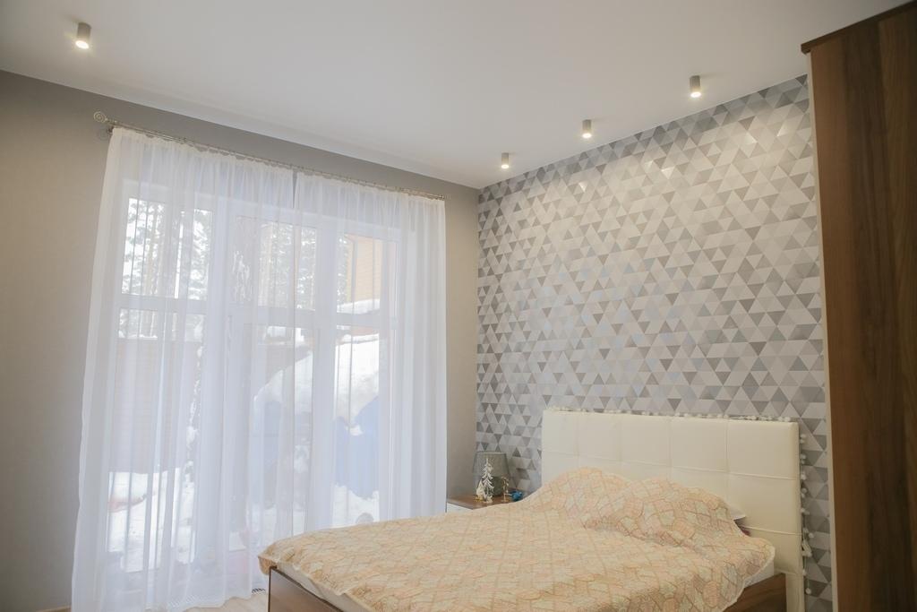снимать качественно матовый натяжной потолок в спальне фото коже
